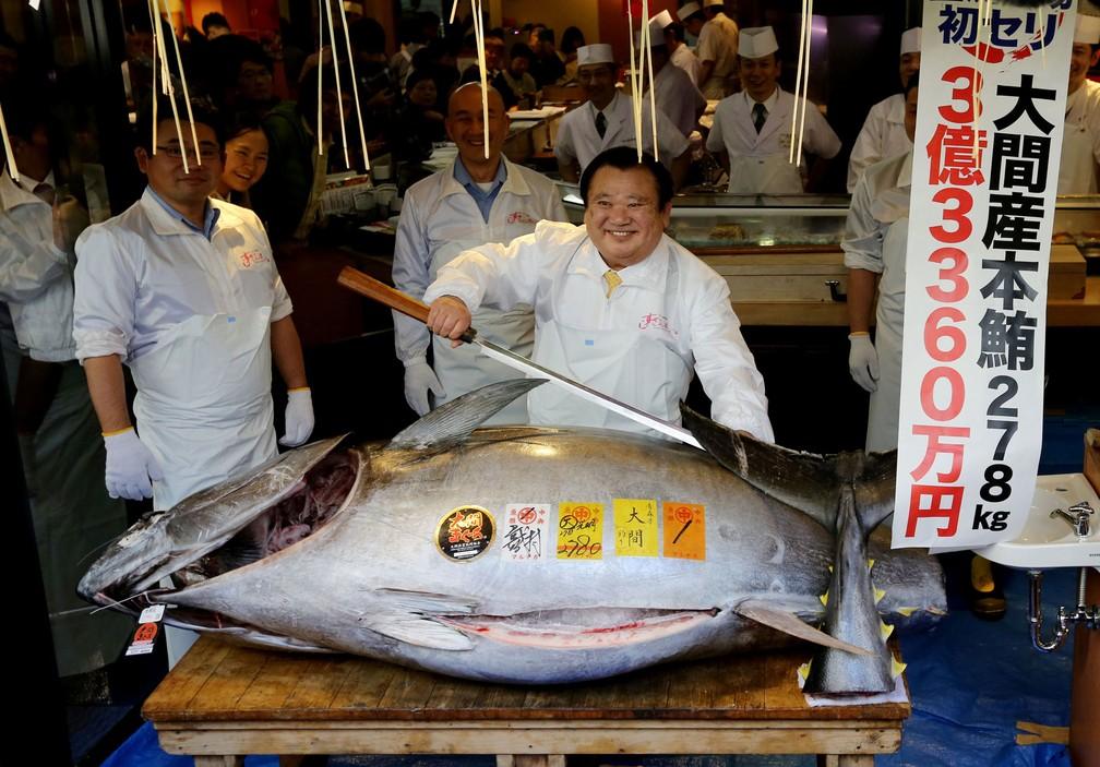 O presidente da Kiyomura Co, Kiyoshi Kimura, que controla a rede de restaurantes japonesa Sushi Zanmai, prepara-se para cortar um atum de 278 quilos que ele arrematou por US$ 3,1 milhões neste sábado no leilão do mercado de Toyosu, em Tóquio, neste sábado (5); valor superou recorde de 2013 — Foto: Kim Kyung-Hoon/Reuters