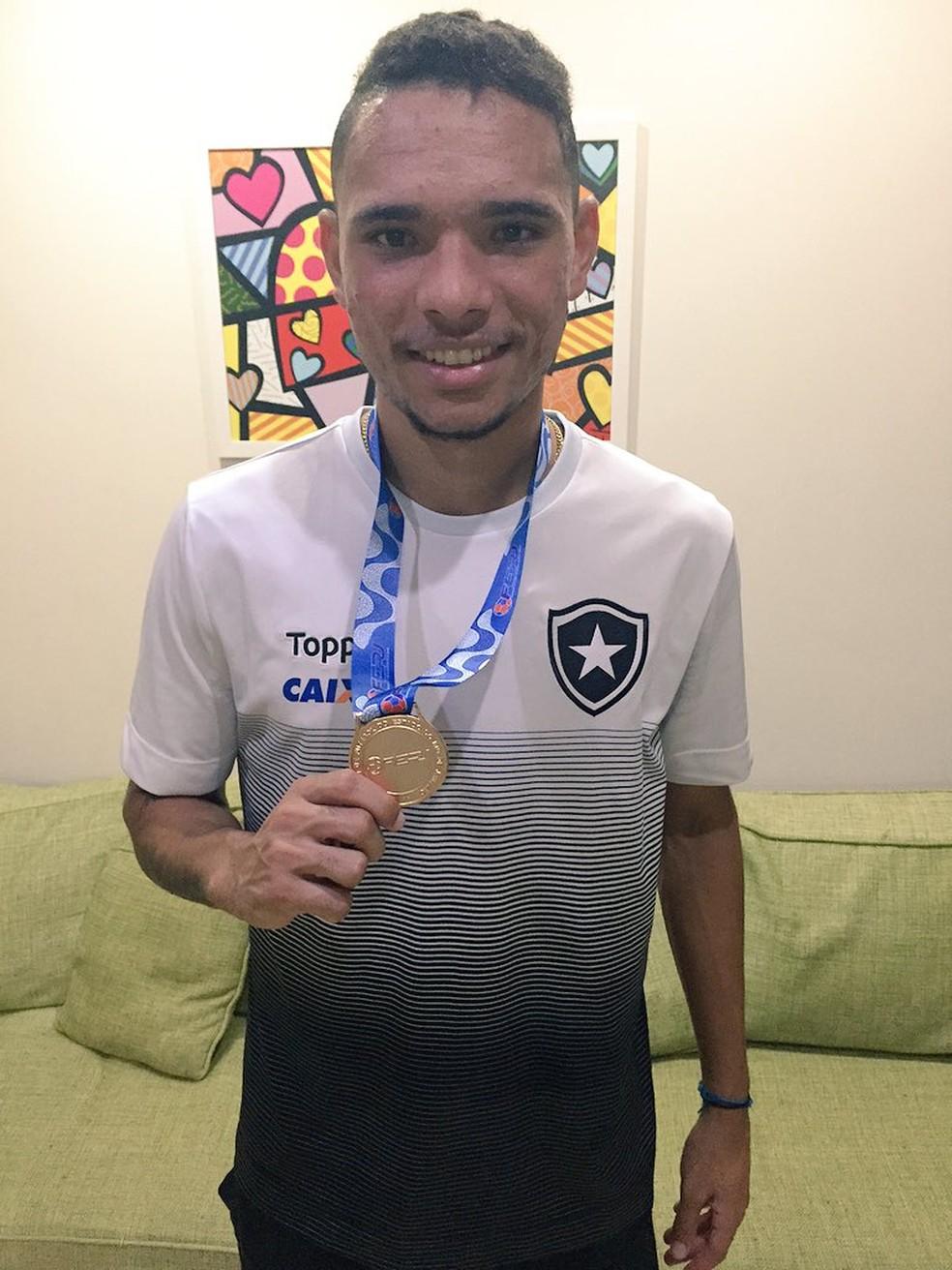 O menino do interior do Tocantins dono da medalha de campeão carioca (Foto: Thiago Lima)