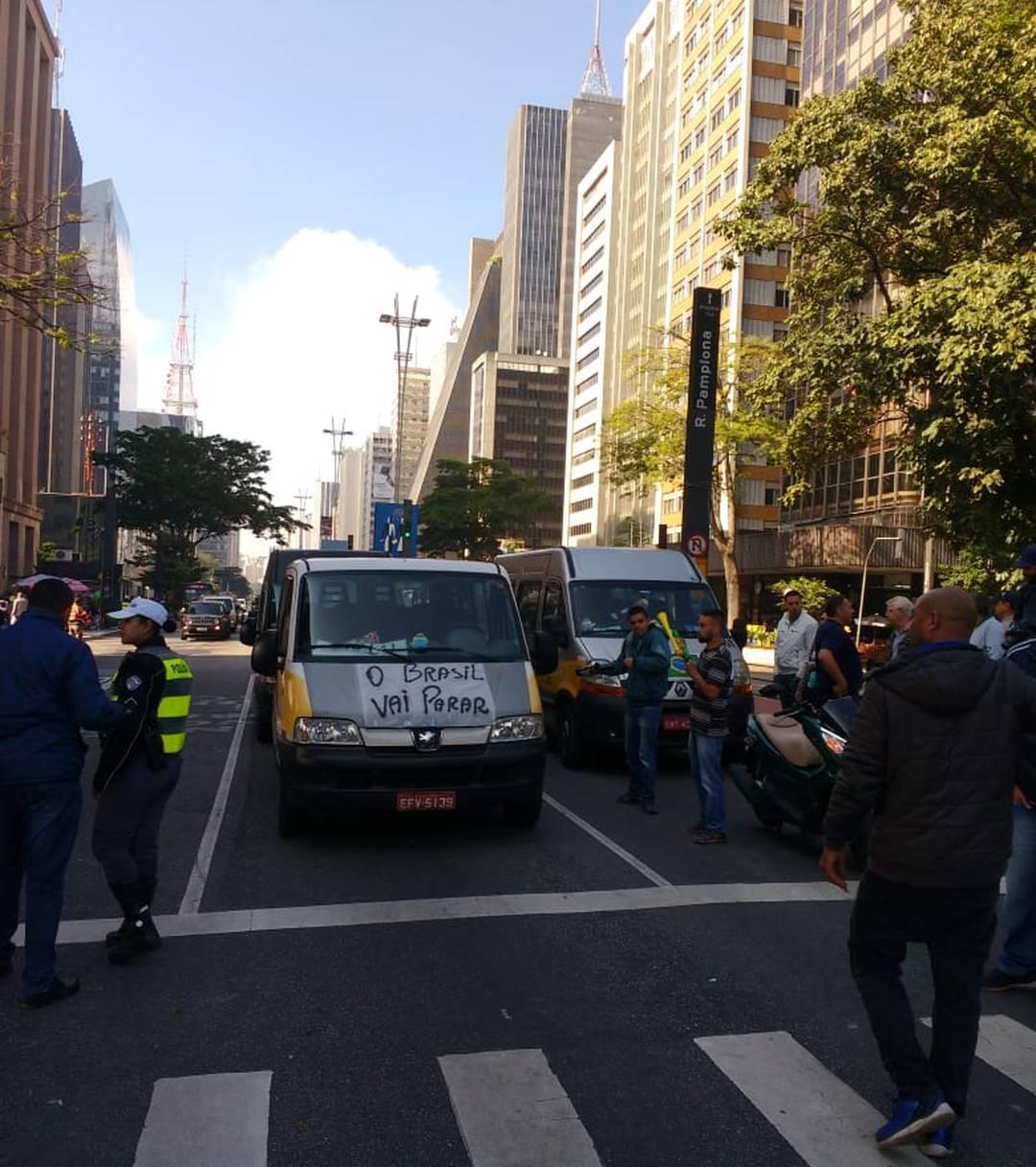 Motoristas de vans realizam protesto em frente ao Masp, na Avenida Paulista