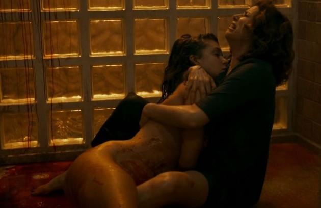 A morte de Isabela (Marina Ruy Barbosa), presenciada pela mãe, Elisa (Debora Bloch), em 'Justiça', repercutiu na internet.  Veja outras cenas chocantes de 2016 (Foto: Reprodução)