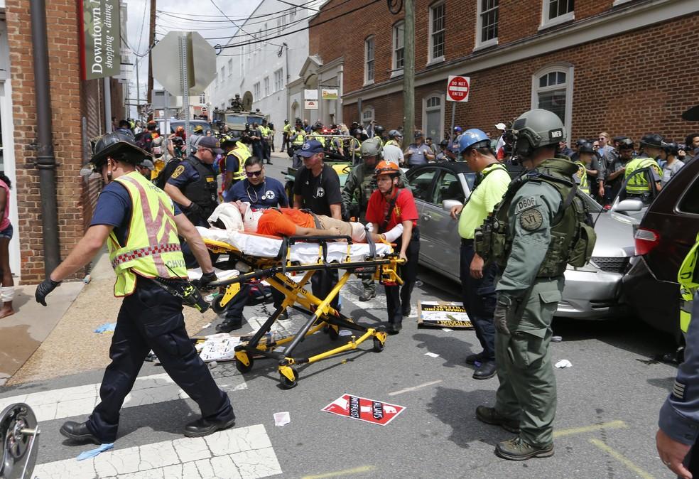 Carro atropela diversas pessoas em Virginia (Foto: AP Photo/Steve Helber)