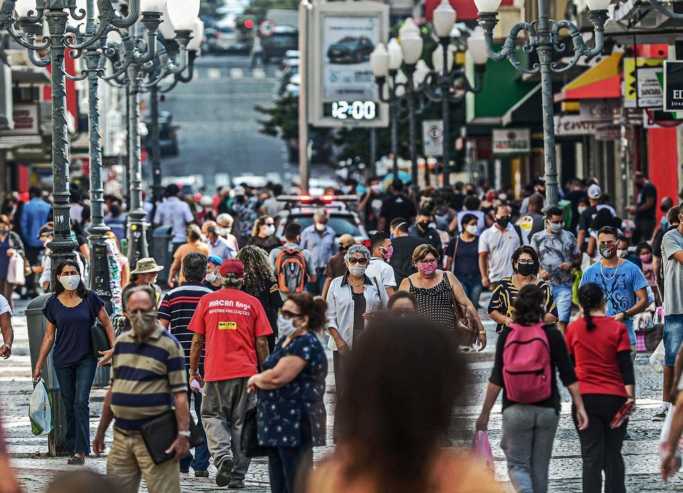 12 de maio: rua cheia em Florianópolis em meio à pandemia de Covid-19 — Foto: Eduardo Valente/AFP