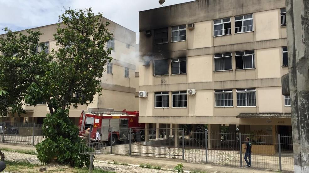 Corpo de Bombeiros foi acionado para conter incêndio em apartamento na Zona Sul de Natal nesta sexta (24) — Foto: Rafael Lopes/Inter TV Cabugi