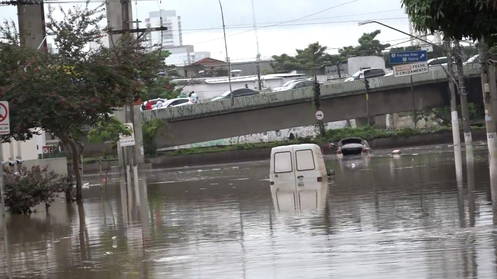 Carro fica imerso em avenida da região do Ipiranga, em São Paulo — Foto: Reprodução/TV Globo