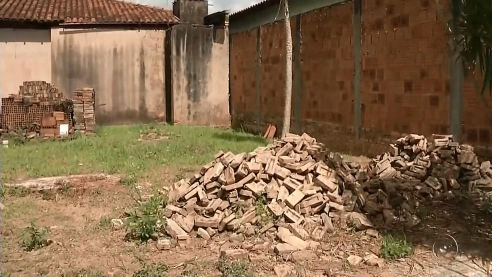 Terreno onde a vítima acabou sendo baleada pelos policiais (Foto: Reprodução/TV TEM)