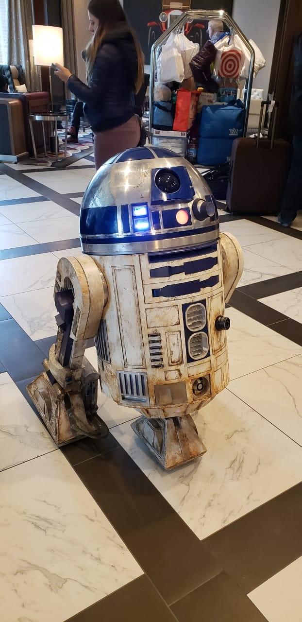 R2-D2 na recepção de hotel durante a Star Wars Celebration (Foto: Nathalia Fabro/Editora Globo)