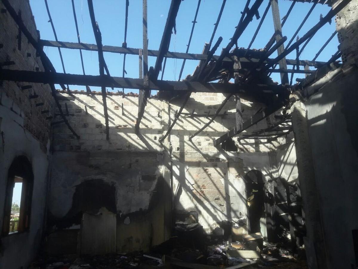 Casa pega fogo após ser atingida por faíscas de incêndio em terreno baldio de Boa Vista