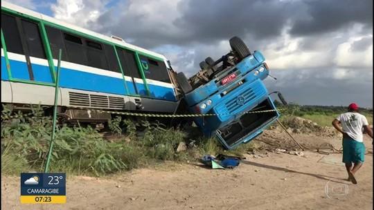 Caminhão colide com VLT e deixa estação fechada em Jaboatão dos Guararapes