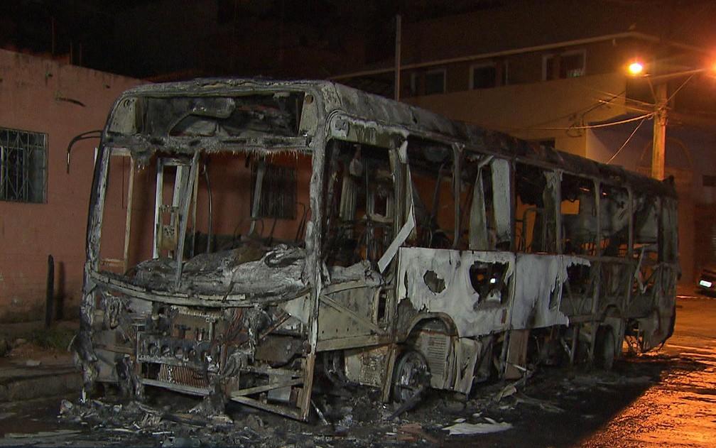 Criminosos queimam mais ônibus na Grande BH (Foto: Reprodução/TV Globo)