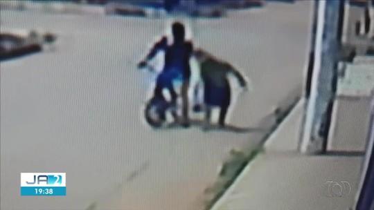 Vídeo mostra idosa sendo agredida no meio da rua durante assalto, em Guapó