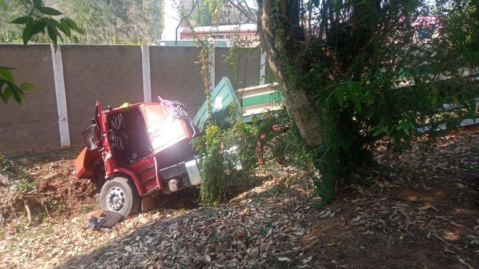 Acidente entre quatro veículos deixa três feridos na RJ-145, em Valença — Foto: Divulgação/PM