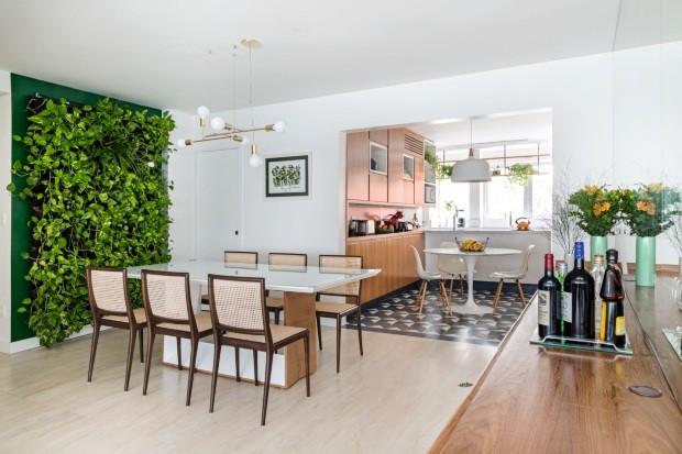 Plantas, fluidez, texturas e tons claros são os elementos-chave deste projeto do escritório Tria Arquitetura (Foto: Júlia Ribeiro / Divulgação)