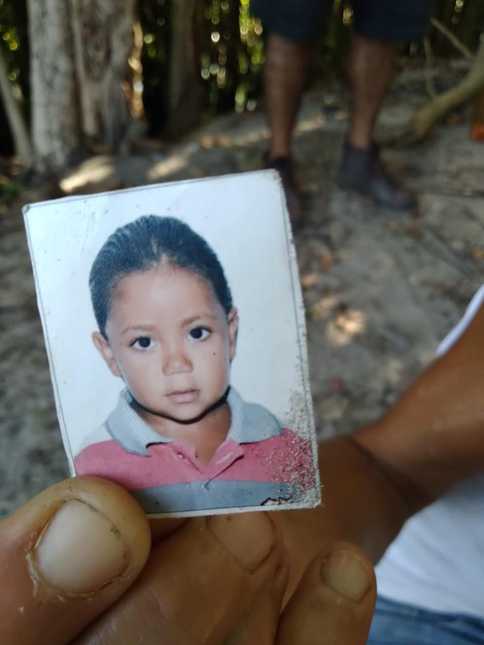 Mãe mostra a foto do filho Marcos Guilherme, quando ele tinha 2 anos de idade — Foto: Julianne Barreto/Inter TV Cabugi