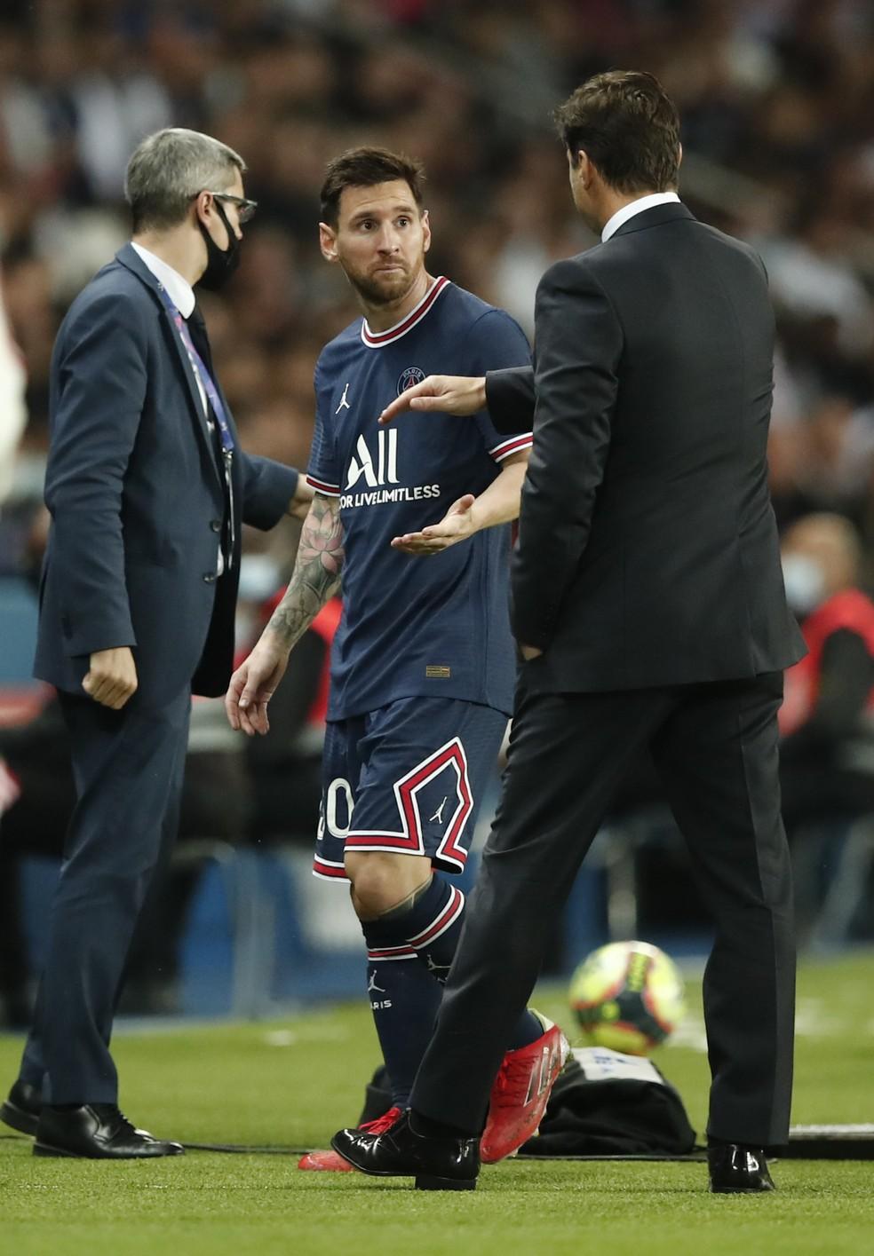 Messi fala com Mauricio Pochettino ao ser substituído em PSG x Lyon — Foto: REUTERS/Benoit Tessier