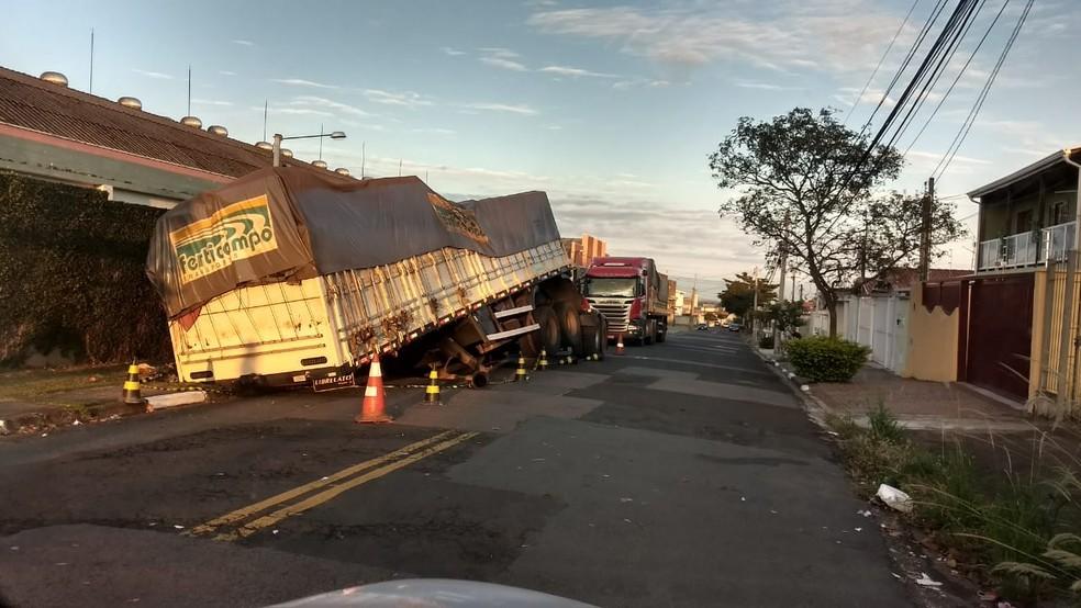 Caminhão afunda e fica preso no asfalto em rua de Campinas (SP) (Foto: Arquivo Pessoal )