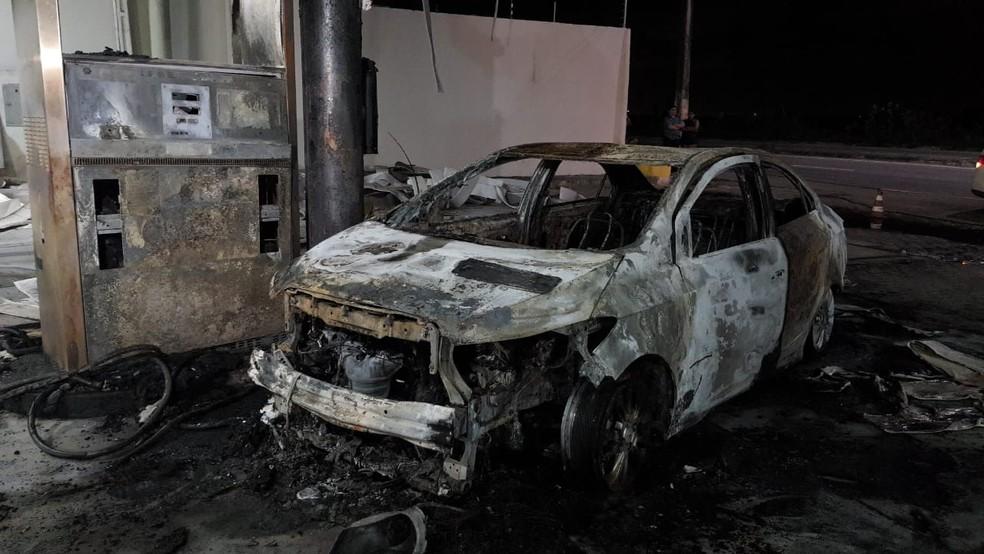 Boa parte da estrutura de posto de combustível foi danificada — Foto: Rafaela Duarte