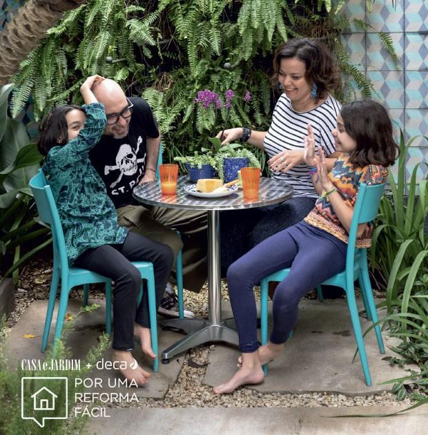 Residência no Campo Belo | Caterina, Arnaldo e suas filhas, Aurora e Olimpia, estão em um dos terraços da casa  (Foto: Divulgação Deca)