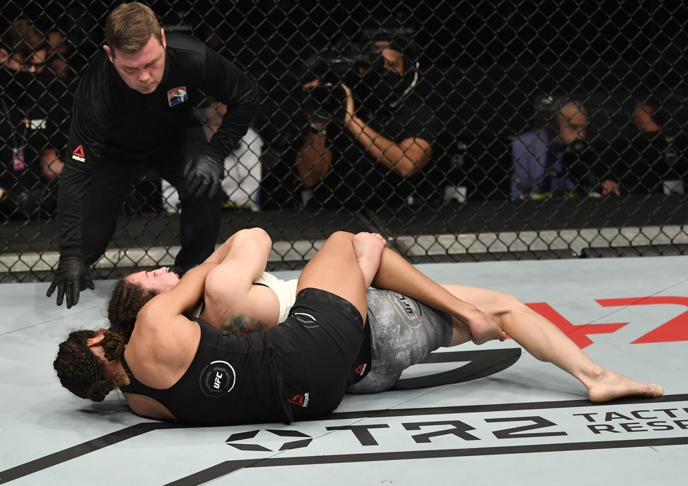 Julianna Peña finalizou Sara McMann no terceiro round no UFC 257 — Foto: Getty Images