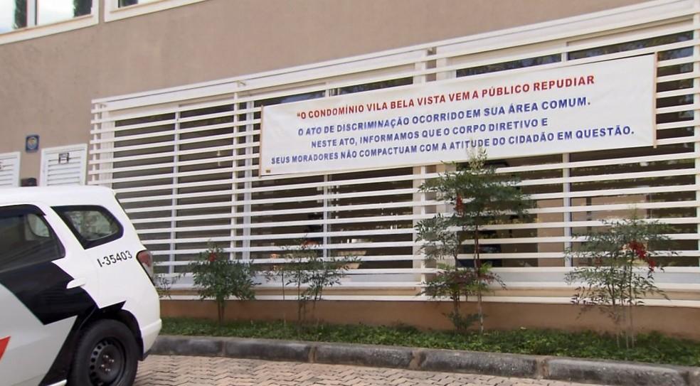 Condomínio colocou faixa de repúdio contra ofensas racistas — Foto: Reprodução/EPTV