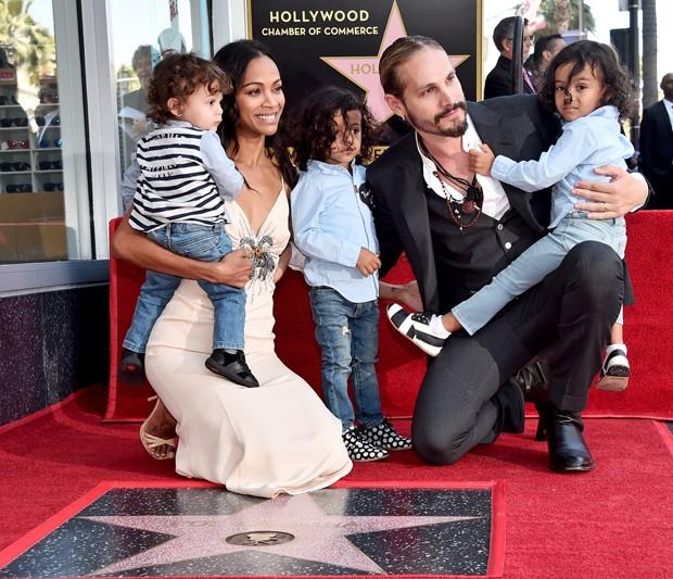 Zoe Saldana com o marido e os três filhos (Foto: Getty Images)