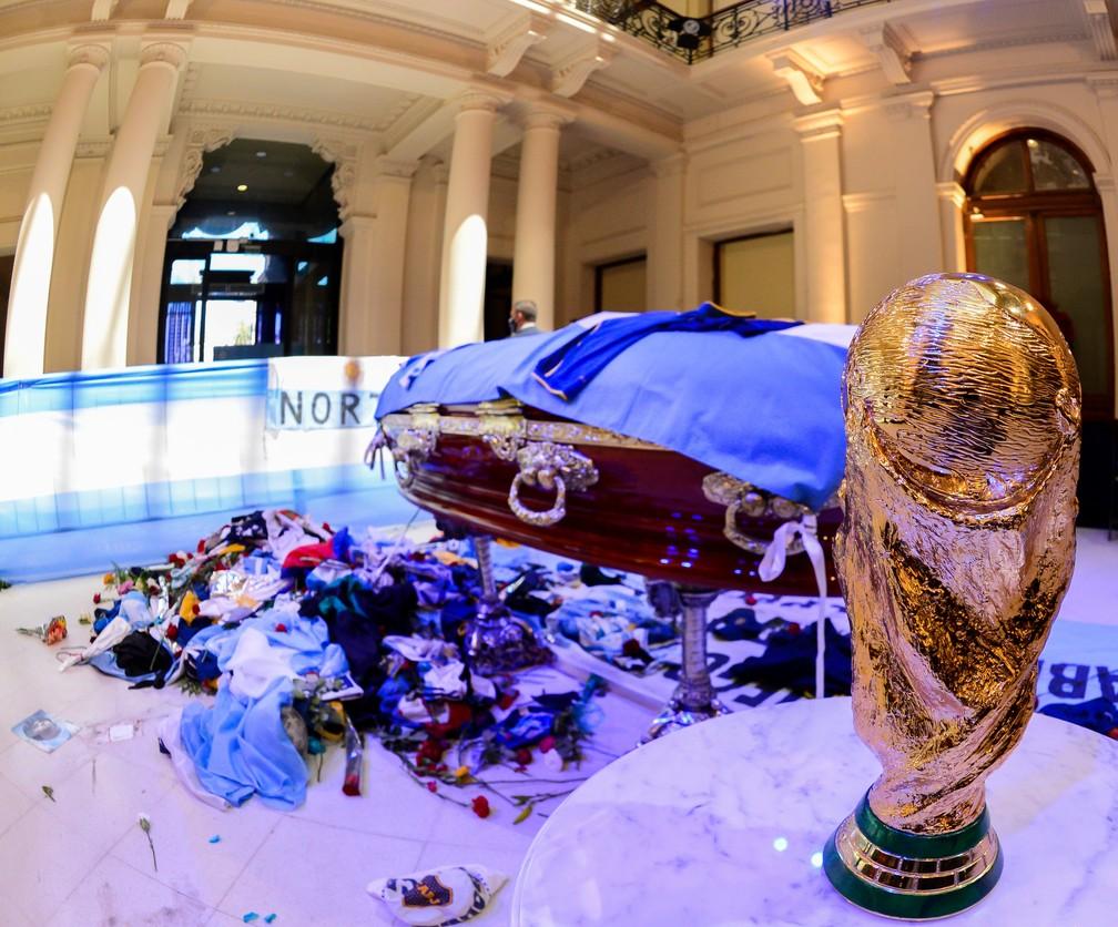 Caixão de Maradona com a cópia do troféu da Copa do Mundo antes do velório na Casa Rosada — Foto: Reuters