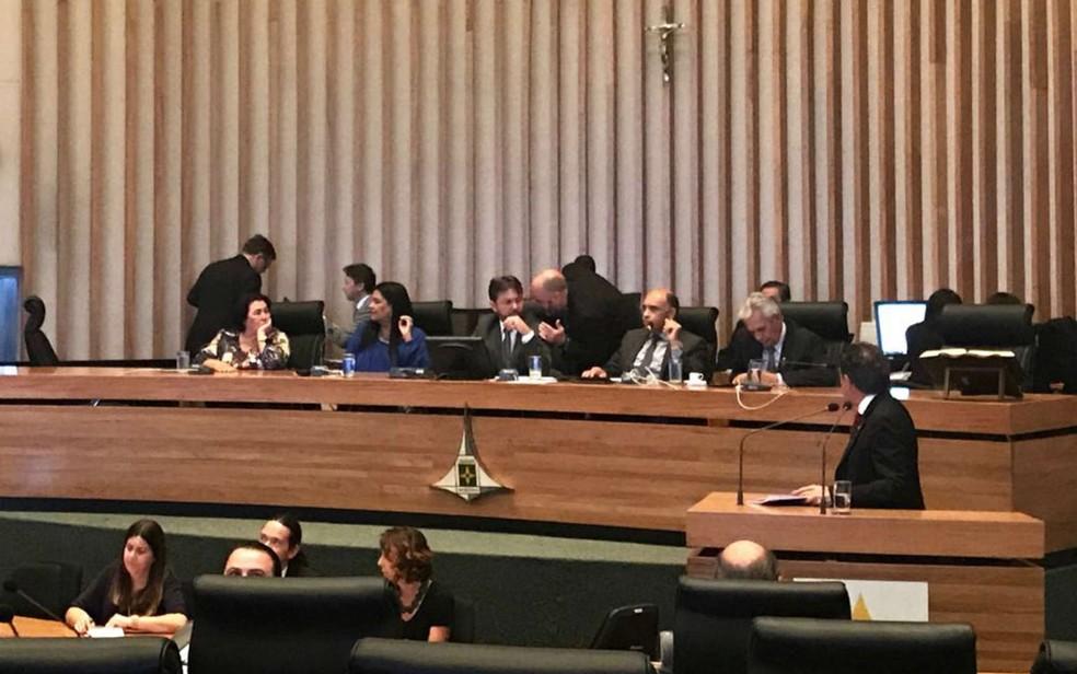 Deputados se revezam ao microfone em sessão desta terça, na Câmara Legislativa do DF (Foto: Letícia Carvalho/G1)