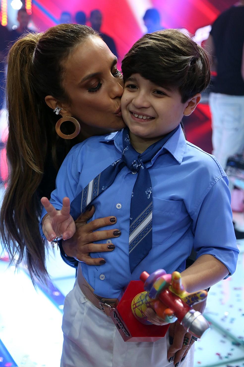 Thomas Machado recebe o carinho de sua técnica Ivete Sangalo após vencer a segunda temporada do 'The Voice Kids' (Foto: Isabella Pinheiro/Gshow)