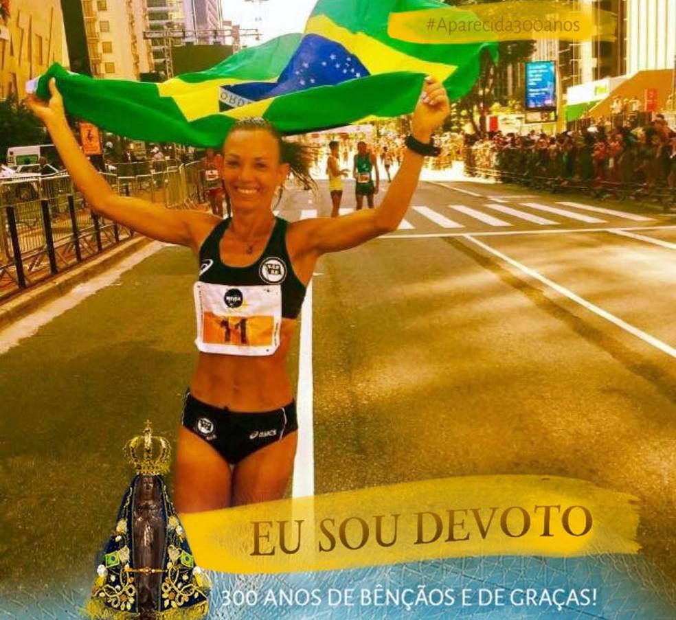 Adriana Aparecida Da Silva alterou sua foto de perfil em uma rede social em homenagem aos 300 anos da Santa (Foto: Reprodução Facebook)