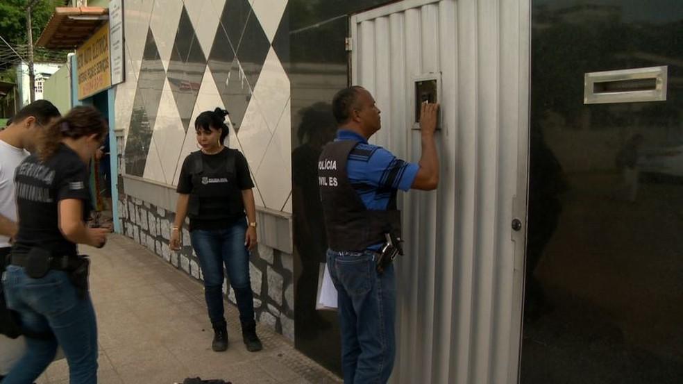 Polícia investiga tiroteio em boate de strip-tease, em Cariacica (Foto: Fernando Estevão/ TV Gazeta)