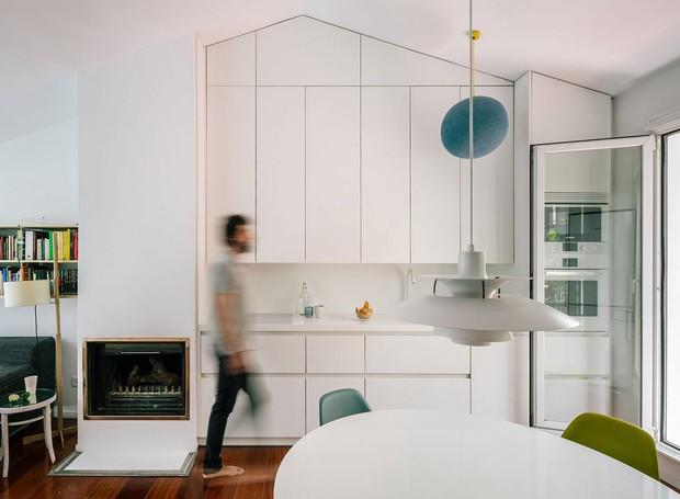 Em dias frios, a pequena lareira, acomodada ao lado da cozinha, aquece o espaço (Foto: Imagen Subliminal/Reprodução)