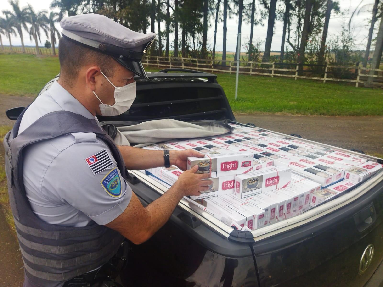 Idoso é preso por transportar caixas de cigarros contrabandeados em rodovia de Itapetininga