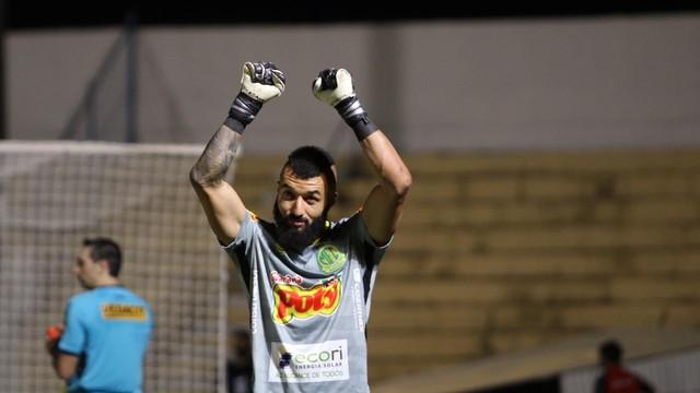 Alex Muralha comemora pênalti defendido pelo Mirassol contra o Guarani