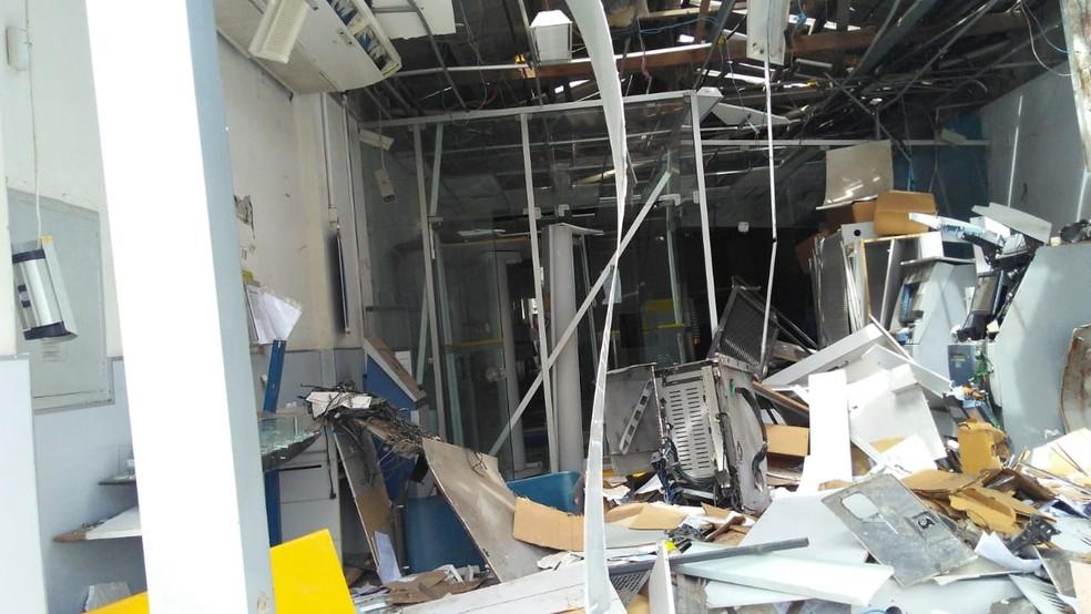 Banco ficou destruído após ação — Foto: Madalena Braga/TV Subaé