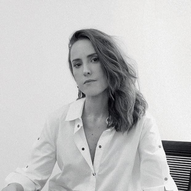 A brasileira Verena Smit criou o poema abaixo especialmente para Vogue, parte de uma série com frases em que uma fita esconde um real desejo ou sentimento (Foto: Divulgação e Reprodução/ Instagram)