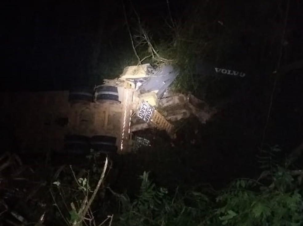No caminhão estavam três pessoas da mesma família. Um deles morreu no local. — Foto: Polícia Rodoviária Federal/Divulgação