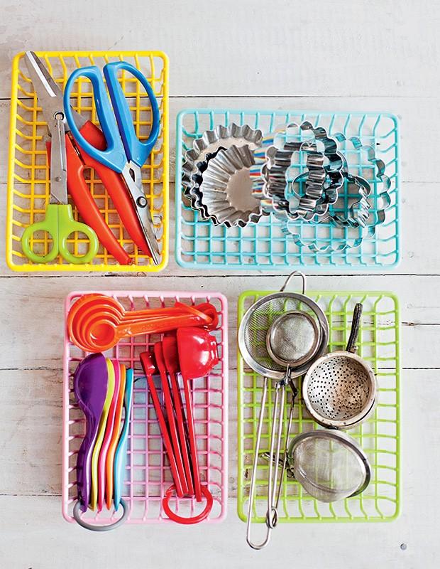 Cestas de plástico são ultraeficientes para botar ordem dentro de gavetas e armários – ou até sobre a bancada, se forem fofas como estas. Utensílios de cozinha M. Dragonetti (Foto: Elisa Correa/Editora Globo)