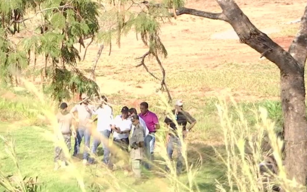 Representantes do Ministério Público, Bombeiros e da Polícia Civil estiveram na represa — Foto: TV Anhanguera/Reprodução