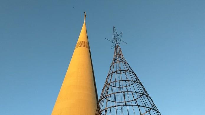 Árvore de Natal que pegou fogo, em Maringá, tem 17 metros de altura — Foto: Juliane Guzzoni/RPC
