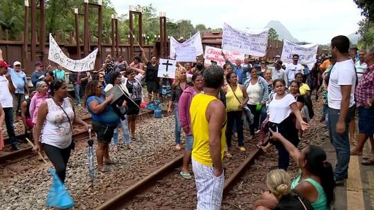 Pescadores interditam linha férrea no Norte do ES em protesto contra a Samarco