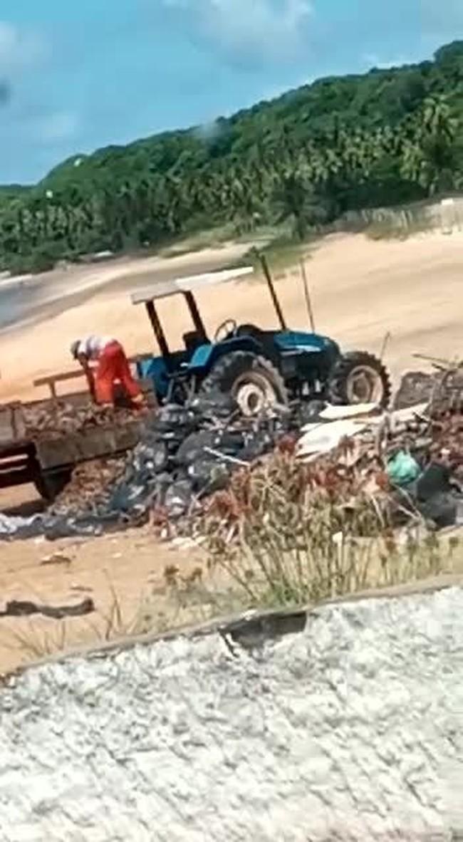 Lixo recolhido em praias em praias de Baía Formosa é 'guardado' na orla
