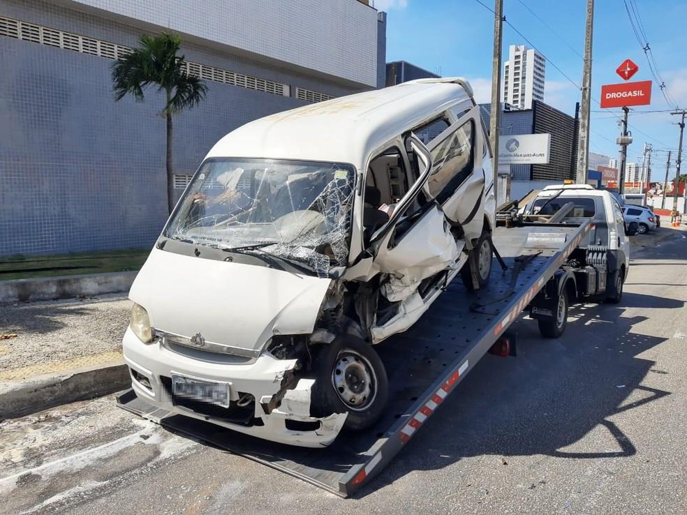 Carro foi atingido por reboque — Foto: Lucas Cortez/Inter TV Cabugi