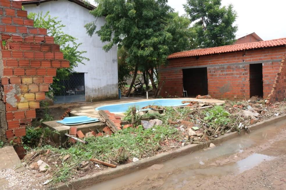 Moradores abandonaram as casas inundadas  (Foto: Catarina Costa/G1)