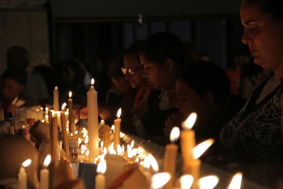 Fiéis lotam a capela das velas logo ao amanhecer em Aparecida — Foto: Carlos Santos/G1
