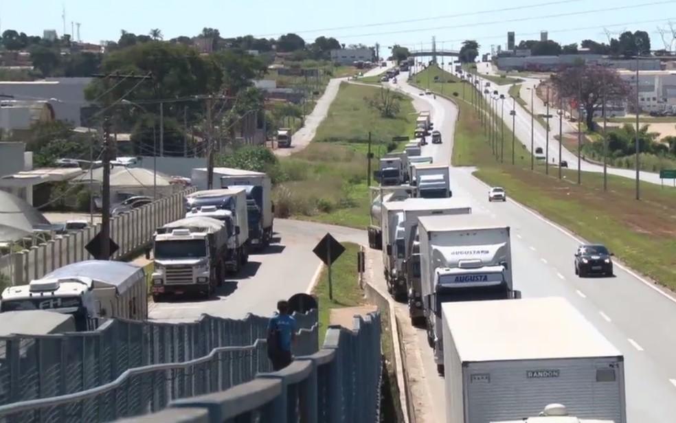 Caminhoneiros parados na BR-153 durante protesto contra alta no preço do diesel, em Goiás (Foto: Reprodução/TV Anhanguera)