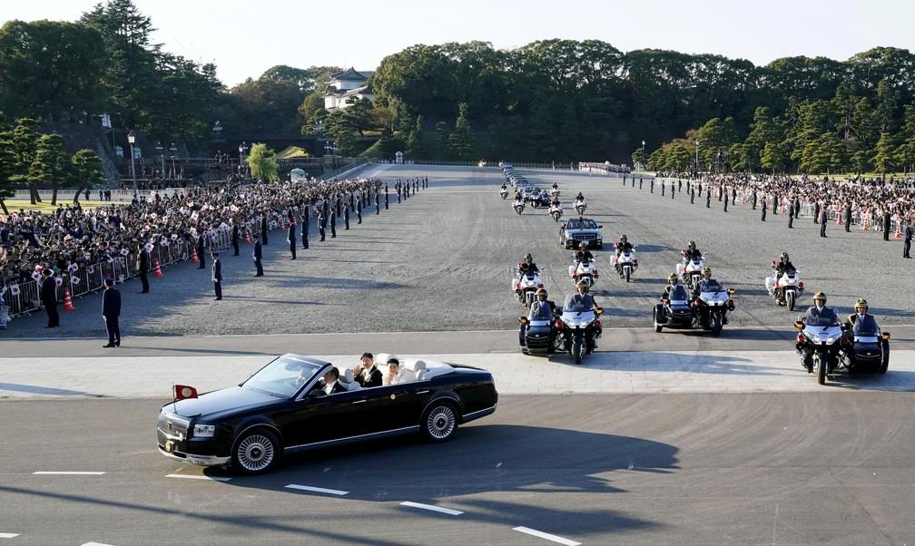 Dezenas de milhares de japoneses aclamam seu novo imperador do Japão — Foto: Shigeyuki Inakumao/Kyodo News via AP