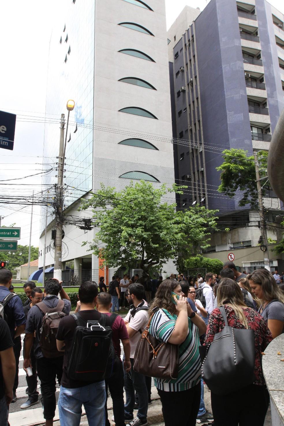 Prédio onde funciona a CVC, em Santo André, foi evacuado na manhã desta quinta-feira (21) — Foto: Redes sociais