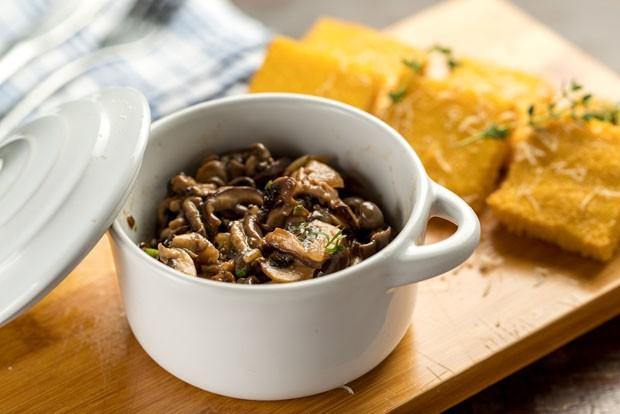Receita: polentinhas com panelinha de cogumelos (Foto: Henrique Peron/Divulgação)