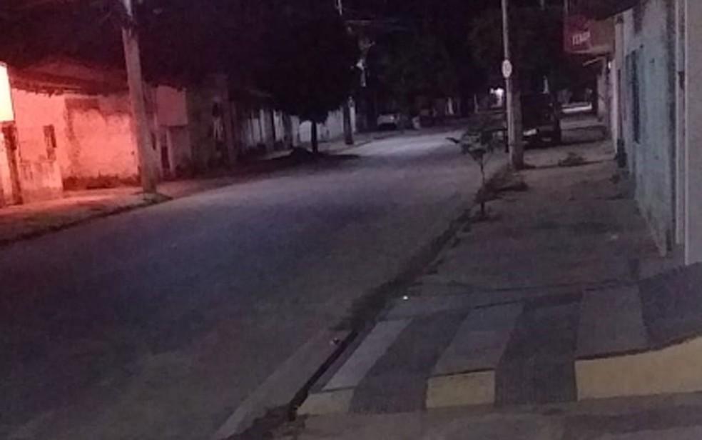 Rua em Cruz das Almas, completamente vazia nesta primeira noite do toque de recolher na Bahia — Foto: Júnior Rodrigues/Arquivo Pessoal