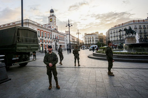 MADRID, SPAIN - MARCH 17: Spanish army soldiers deployed at the Puerta del Sol in Madrid after the state of alarm declared by the government by the coronavirus, in Madrid (Spain), on March 17, 2020. (Photo by Ricardo Rubio/Europa Press via Getty Images) (Foto: Europa Press via Getty Images)