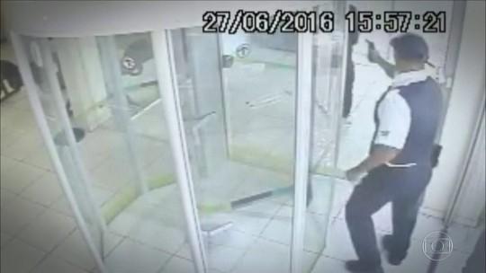 Clientes viram vítimas de seguranças das próprias agências bancárias